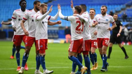 Hamburgs Tim Leibold (M) jubelt nach seinem Treffer zum 1:0 gegen Heidenheim mit seinen Teamkollegen.