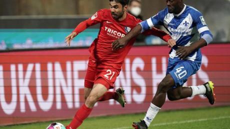 Bochums Robert Tesche (l) und Erich Berko von Darmstadt 98 jagen dem Ball hinterher.