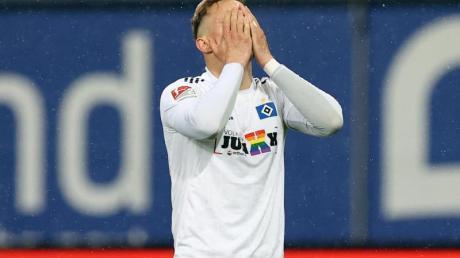 Hamburgs Sonny Kittel hadert mit einer verpassten Torchance gegen den KSC.