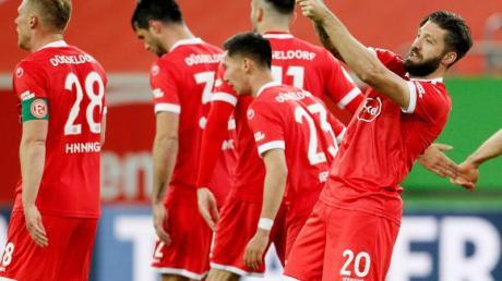 Düsseldorfs Torschütze Brandon Borello (r) feiert dasf 2:1 gegen den KSC.