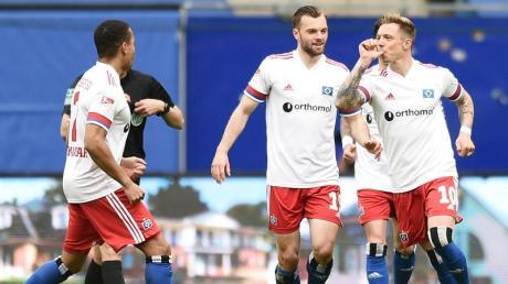 Hamburgs Sonny Kittel (r) feiert seinen Treffer zum 1:0 mit Daumen im Mund.