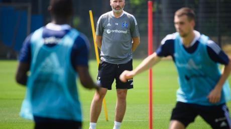 Hamburgs Cheftrainer Tim Walter (M) beobachtet das Training seiner Mannschaft.