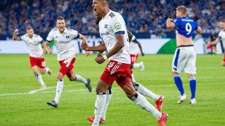 HSV-Stürmer Robert Glatzel (M) jubelt nach seinem Treffer.