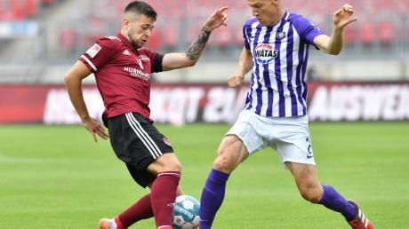 Erik Shuranov (l) vom 1. FC Nürnberg im Duell um den Ball gegen den Auer Gaetan Bussmann.