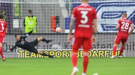 Düsseldorfs Rouwen Hennings (r) verwandelt gegen Aues Torwart Martin Männel einen Elfmeter.
