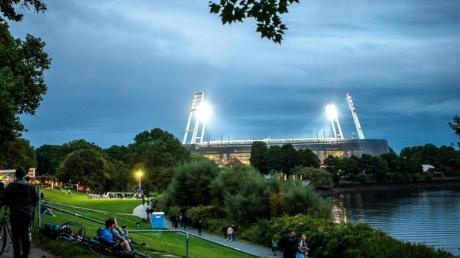 Fans auf dem Weg zum beleuchteten Weserstadion.