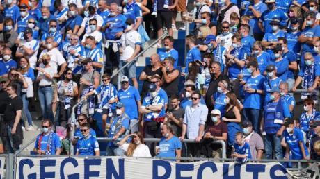 Fans von Darmstadt 98 im Merck-Stadion am Böllenfalltor.