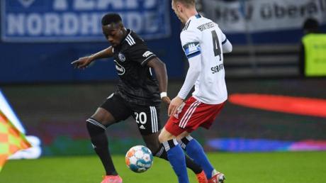 Wurde im Volksparkstadion rassistisch beleidigt: Düsseldorfs Khaled Narey (l) im Duell um den Ball mit Sebastian Schonlau.