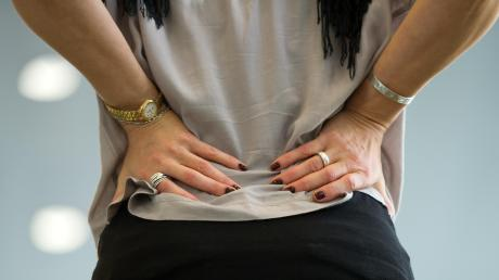 Chronische Schmerzen können an vielen Stellen des Körpers auftreten - egal ob am Rücken, an Gelenken, in Muskeln oder als Kopfschmerz.