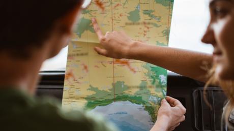 War früher die Regel: Streit zwischen Fahrer und Beifahrer über die Frage, wer denn nun besser Karte lesen kann.