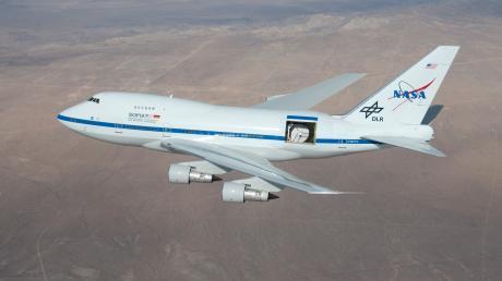 Sofia mit geöffneter Teleskoptür in einer Flughöhe von etwa fünf km über der Mojave-Wüste (Kalifornien).