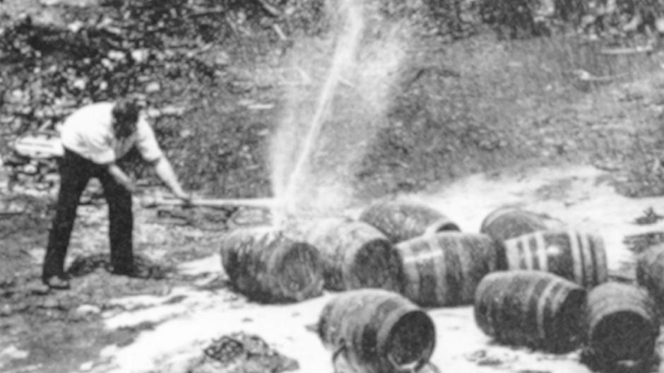 Während der Prohibition wurde Fässer und Flaschen beschlagnahmt und zerstört.