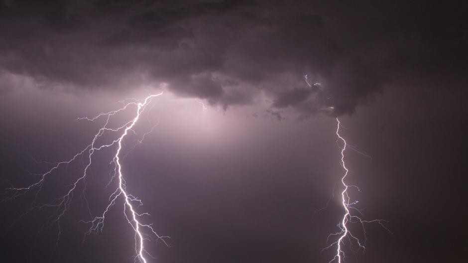 Zwei Blitze hellten am 23.06.2016 in Marl (Nordrhein-Westfalen) über dem Flugplatz Loemühle auf.