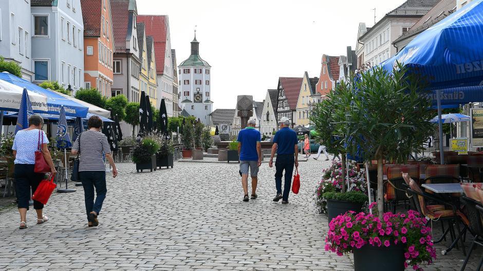 16 Uhr an einem Sommertag auf dem Marktplatz in Günzburg.