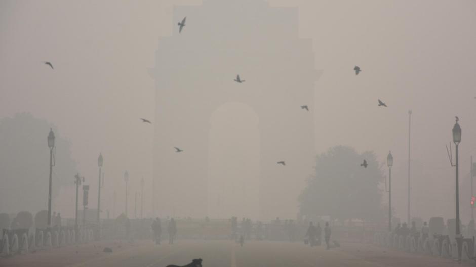 Nach Ansicht von Ärzten könnte die extreme Luftverschmutzung die Corona-Situation in Städten - wie hier Neu-Delhi - weiter verschlimmern.