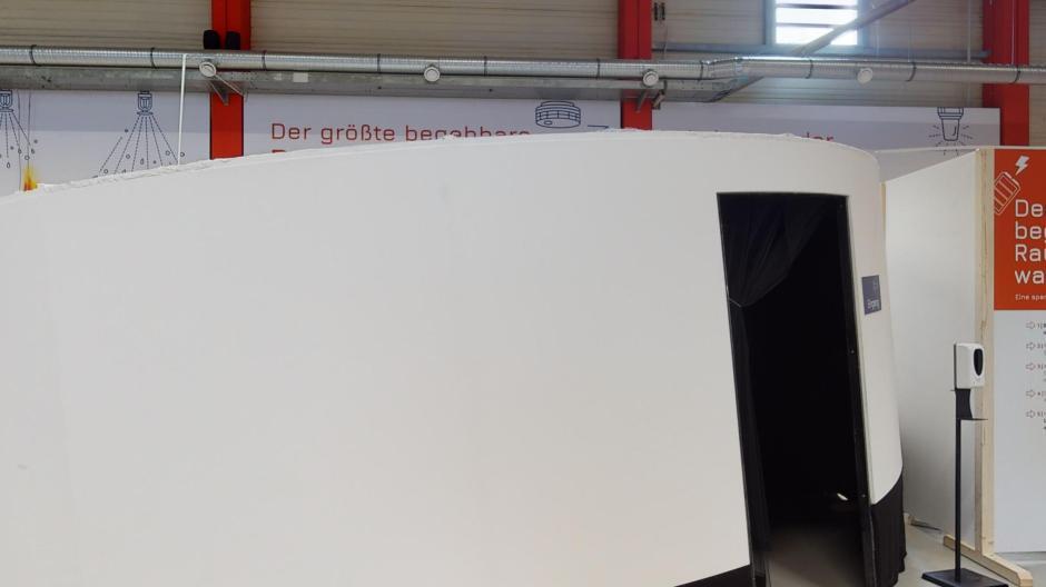 Das ist der begehbare Rauchmelder in der Feuerwehrerlebniswelt in Augsburg. Warum diese Geräte so wichtig sind, erfährst du hier.