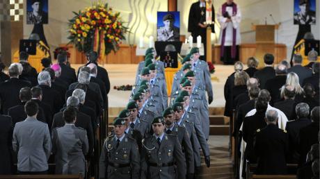 Die Ehrenwache in Regen (Niederbayern) in der Stadtpfarrkirche St. Michael bei der zentralen Trauerfeier für die drei vor einer Woche in Afghanistan gefallenen Soldaten.
