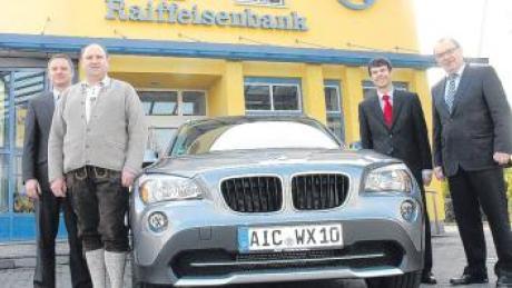 Stefan Ott (v. l.) von der Raiffeisenfiliale Inchenhofen kam mit Gewinner Franz-Xaver Wanner zur Raiffeisenbank Aindling, um den BMW X1 zu zeigen. Vorstandsmitglied Anton Fürst und Vorstandsvorsitzender Josef Beck gratulierten.