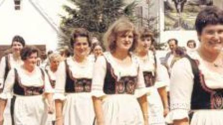 Mit feschen Dirndln präsentierten sich die Heilbachtaler Schützendamen beim Festumzug 1976, anlässlich des 25-jährigen Bestehens mit Fahnenweihe.