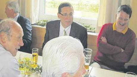 Mit vielen Gästen feierte Pater Norbert Rasim (Mitte) gestern in Sielenbach seinen 50. Geburtstag, links von ihm Bürgermeister Konrad Wagner aus Altomünster.