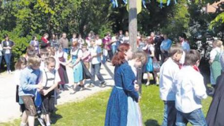 Rund um den Maibaum tanzte die Hauptschule Sielenbach in den Mai.