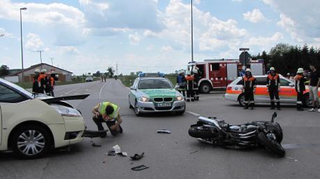 An der Kreuzung in Sand (Gemeinde Todtenweis) ist am Sonntagmittag eine junge Motorradfahrerin mit einem Taxi zusammengestoßen. Die 20-Jährige erlitt mittelschwere Verletzungen, der Taxifahrer und sein Fahrgast kamen mit dem Schrecken davon.