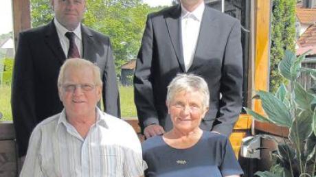 Josef und Elisabeth Carl freuten sich über die Glückwünsche zu ihrer goldenen Hochzeit von ihrem Neffen und zweitem Bürgermeister Konrad Carl sowie von Pater Alfred Nawa.