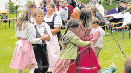 Sorgten für Schwung auf dem Pfarrfest: die Kinder der Volkstanzgruppe Affing (links). Auch die Messe fand unter freiem Himmel statt.