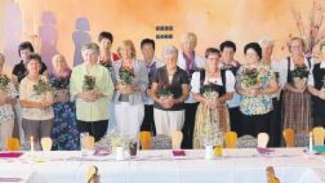 Maria Marquart wurde von Johanna Gürtner für ihre unermüdliche und segensreiche Arbeit in der Vorstandschaft des Todtenweiser Frauenbunds geehrt (Bild links). Die Gründungsmitglieder des Frauenbunds erhielten einen kleinen Rosenstock.