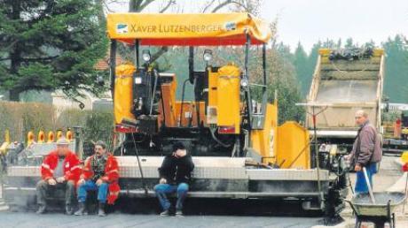 Heuer und auch im nächsten Jahr gibt es Arbeit auf den Kreisstraßen im Wittelsbacher Land für Bauarbeiter und Asphaltfertiger.