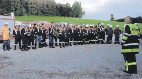 Nach der gemeinsamen Übung in Rehrosbach traten die Feuerwehrler aus Eurasburg, Freienried, Burgadelzhausen und Rinnenthal zur Manöverkritik an.