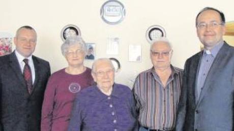 Theresia Schiller ist 90 Jahre alt geworden. Im Bild von links: zweiter Bürgermeister Konrad Carl, Schwiegertochter Maria, die Jubilarin Theresia Schiller, Stiefsohn Reinhold und Professor Dr. Andrezej Pastwa