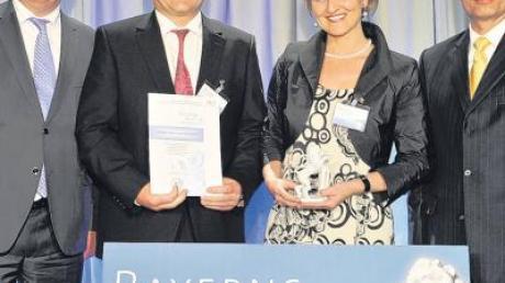 """Mit dem Preis """"Bayerns Best 50"""", ausgezeichnet wurde die Firma Unsinn aus Holzheim. Im Bild (von links) Martin Zeil (Wirtschaftsminister), Josef und Rosa Unsinn sowie Juror Dr. Martin Oliver Wenk."""