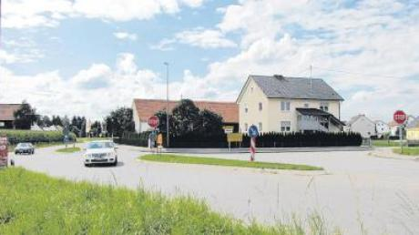 Bis Ende Oktober soll an der unfallträchtigen Kreuzung in Sand, hier aus Richtung Todtenweis fotografiert, ein Kreisverkehr entstehen.