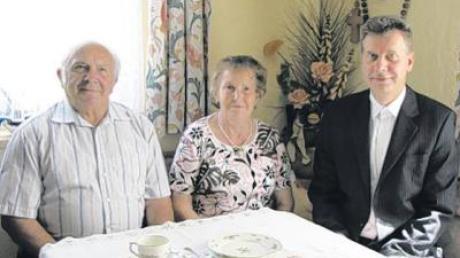 Pater Alfred Nawa gratulierte in Todtenweis dem Jubelpaar Paul und Franziska Hammerl.