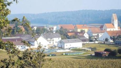 Ein Idyll: Haselbach liegt im gleichnamigen Tal eingebettet zwischen dunklen Waldhängen.