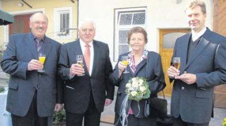 Mit Bürgermeister Thomas Riß (links) und Pater Alfred Nawa stießen Elisabeth und Johann Menzinger auf ihre goldene Hochzeit an.