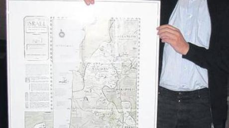 Pater Alfred Nawa freute sich über die Landkarte von Israel zur Zeitwende, die er von den Pilgern als Dank geschenkt bekam.