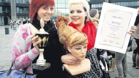 """Mit dieser Flechtkreation überzeugten Josephin Hörmann (links) und Laura Below bei den bayerischen Meisterschaften """"Hair 2011"""" in Nürnberg."""