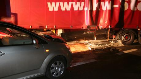 74-jährige Frau wird bei Unfall leicht verletzt. Polizei schätzt Sachschaden auf 20000 Euro.