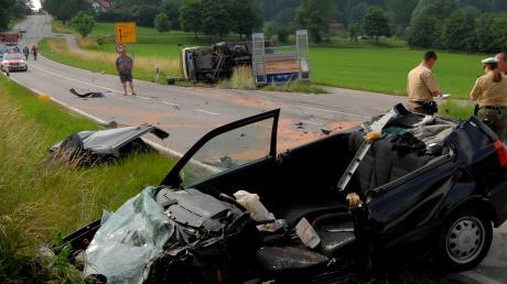 Der Fahrer dieses Golf starb heute früh nahe Eurasburg in seinem Wagen nach dem Zusammenprall mit einem Lastwagen (im Hintergrund).