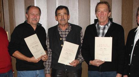 Peter Schwaiger (rechts, 3. Gauschützenmeister) ehrte beim Schützenverein Hubertus Walchshofen langjährige Vereinsmitglieder: (von links) Rudolf Gabriel (Schützenmeister), Herbert Greifenegger (40 Jahre), Kaspar Lechner (50 Jahre), Xaver Müller (25 Jahre).