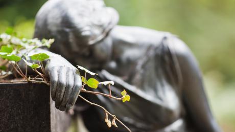 Allerheiligen und Allerseelen sind zwar bekannt. Aber viele Menschen kennen den Unterschied nicht und rätseln, was es mit diesen Gedenktagen auf sich hat. Hier die Erklärung.