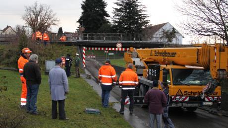 Brückenunfall im Aichacher Ortsteil Walchshofen: Lastwagen bleibt in Unterführung stecken.