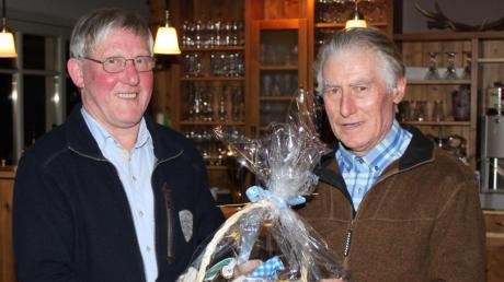Josef Baur (rechts) aus Hollenbach ist seit vielen Jahren Bannerträger der Landvolkgemeinschaft. Vorsitzender Jakob Riedlberger dankte ihm für seine Treue und Zuverlässigkeit.
