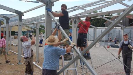 Über sechzig Freiwillige beteiligten sich am Aufbau des Zelts für die Festwoche in Thierhaupten.