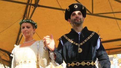 Agnes Bernauer und Herzog Albrecht III. auf der Bühne am Stadtplatz.