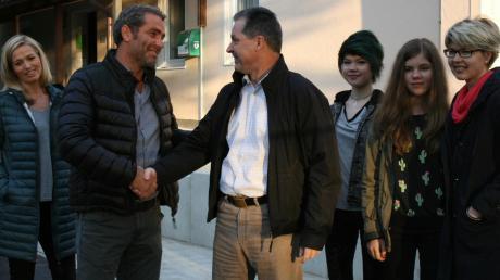 Nach seiner Niederlage im September 2015 gratulierte Carlos Waldmann (links) und Markus Winklhofer zum Sieg bei der Bürgermeisterwahl. Winklhofer wurde damals mit 79 Prozent zum Affinger Bürgermeister gewählt. Mit ihm freuten sich (von rechts) Ehefrau Andrea und die Töchter Hannah und Eva; links Silke Waldmann-Burkhardt.