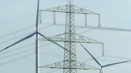Zwei von drei Windrädern nahe Bachern erzeugen Strom.