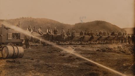 Bei der Achregulierung wurden sogenannte Loren auf Feldbahnen zum Abtransport des Aushubs verwendet. Im Hintergrund die östliche Lechleite zwischen Sand und Bach.